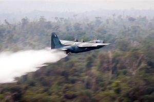 Xem máy bay quân sự Brazil dội nước xuống Amazon