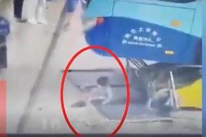 Xe buýt mất lái đâm thẳng vào khu vực chờ của hành khách, bé gái thoát chết thần kỳ