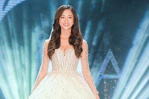 Hoa hậu Lương Thùy Linh mặc váy cưới khoe vòng 1 gợi cảm trên sàn catwalk