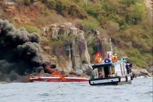Ca nô chở 25 khách trên vịnh Nha Trang bùng cháy sau tiếng nổ lớn