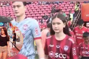 Nắm tay anh ra sân thi đấu, em gái 12 tuổi của thủ môn Đặng Văn Lâm được khen ngày càng xinh đẹp