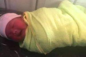Phát hiện bé trai sơ sinh còn cuống rốn bị bỏ rơi bên kênh nước