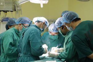 Sợ đụng chạm 'dao kéo', bệnh nhân 61 tuổi bị khối u lở loét, sắp vỡ