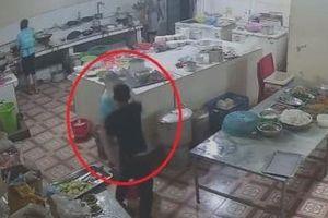 Truy bắt đối tượng tạt axit vào nữ phụ bếp
