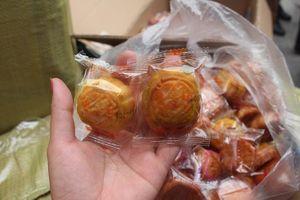 Phát hiện nhiều bánh trung thu, túi xách nhãn hiệu nổi tiếng không rõ nguồn gốc tại nhà xe ở Hà Nội