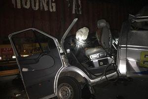 Xe khách va chạm xe container lúc rạng sáng, 16 người nhập viện cấp cứu