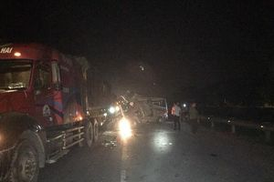 Xe khách 16 chỗ đâm vào đuôi xe container, 16 người bị thương