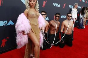 Những khoảnh khắc 'khó đỡ' trên thảm đỏ VMAs 2019