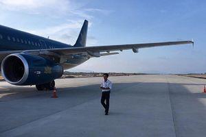 Xe thang đâm thủng thân máy bay Vietnam Airlines