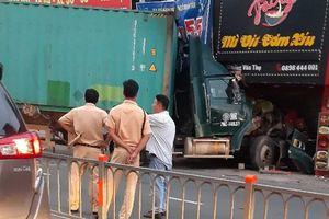 Kinh hãi 'hung thần' container lao vào nhà dân ở Sài Gòn lúc rạng sáng
