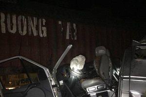 Va chạm kinh hoàng giữa xe khách với container khiến 10 người bị thương