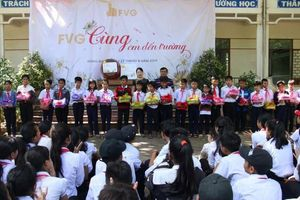 Tặng sách vở, áo ấm 'Cùng em đến trường' cho trẻ nghèo miền núi Quảng Nam