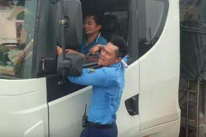 Thanh tra giao thông 'đu' trên cabin bắt xe tải vượt trạm cân