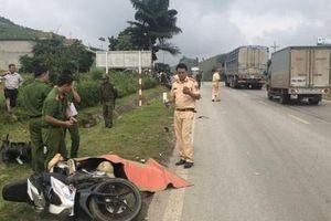 Xe tải mất lái tông liên hoàn 2 xe máy, 2 người thương vong