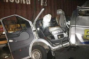 Xe khách đâm container, 16 người nhập viện