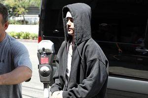 Justin Bieber mặc quần hồng nổi bật, mang mèo cưng đến phòng tập nhảy