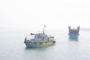 Lai dắt vào bờ an toàn một tàu câu mực hỏng máy thả trôi trên biển