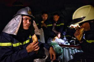 Người Hà Nội cầu nguyện, tiếp tế bánh mỳ cho lính cứu hỏa xuyên đêm