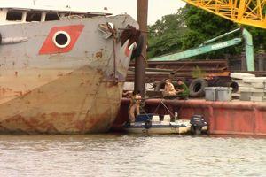 Xà lan gần 2.000 tấn tông sập cầu cảng, chìm ca nô trên sông Sài Gòn