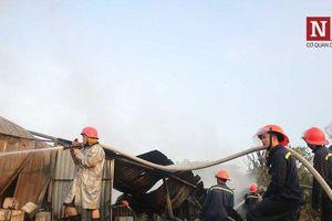 Hiện trường vụ cháy thiêu rụi toàn bộ nhà kho chứa phế liệu trên đường Nguyễn Xiển