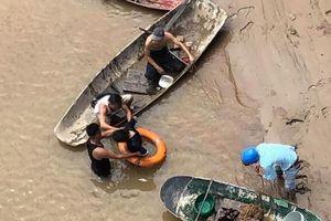 Đại đội trưởng dũng cảm lao xuống sông cứu người phụ nữ để lại con nhỏ nhảy cầu tự tử