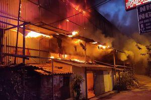 Lửa từ nhà máy Rạng Đông cháy lan sang nhà dân