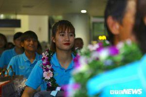 Vô địch Đông Nam Á, tuyển nữ Việt Nam nhận niềm vui bất ngờ trong ngày trở về