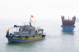 Quảng Nam: Lai dắt tàu câu mực bị hỏng máy trên biển vào bờ