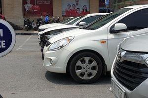 Hoàn Kiếm (Hà Nội): Phớt lờ biển cấm, ô tô 'ken đặc' 6 hàng giữa phố đông đúc
