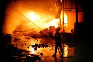 Gần 2.000 m2 nhà xưởng công ty bóng đèn Rạng Đông bị thiêu rụi