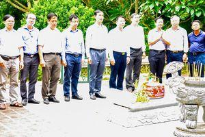Dâng hương tại Khu Di tích lịch sử Bộ Ngoại giao tại Tuyên Quang