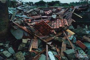 Lốc xoáy giật sập nhà ở Hà Tĩnh, 2 người bị thương