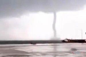 Vòi rồng cao hàng chục mét xuất hiện trên cảng Vũng Áng