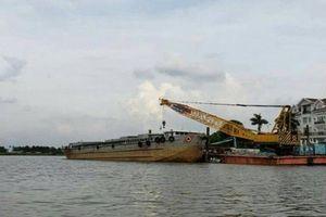 Sà lan nặng 2.000 tấn mất lái đâm vào ca nô trên sông Sài Gòn
