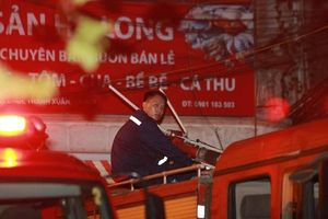 Vụ cháy ở công ty phích nước Rạng Đông: Gần 1000 cảnh sát và hơn 50 xe cứu hỏa trắng đêm dập lửa, có người bị sốc khói