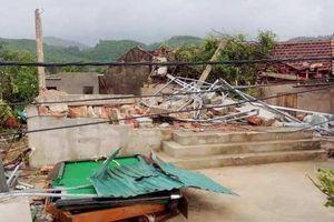 Hà Tĩnh: Lốc xoáy làm hơn 40 nhà dân tốc mái trước khi bão đổ bộ vào đất liền