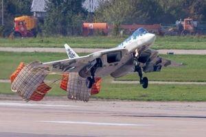 'Siêu tiêm kích' Su-57 bung dù hạ cánh gây sửng sốt
