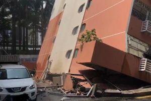 Hãi hùng tòa nhà 6 tầng Trung Quốc bật móng, nghiêng suýt đổ