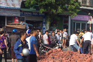 Xe tải lật nghiêng, gạch đổ đè thương vong 2 vợ chồng đi xe máy ở Quảng Ninh