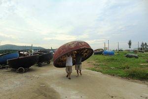 Dân Nghệ An, Hà Tĩnh tất bật neo thuyền, chằng chống nhà trước giờ bão số 4 đổ bộ