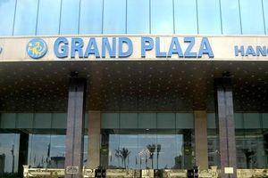 Vụ bảo vệ khách sạn Grand Plaza đuổi người trú mưa dông: Cộng đồng mạng bức xúc vì lối hành xử cứng nhắc, phản cảm