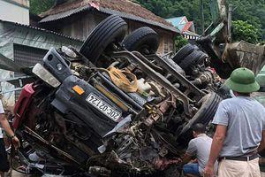 Thanh Hóa: Xe tải lật khi xuống dốc, hai bố con tài xế thương vong