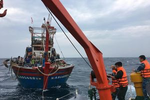 Vượt sóng dữ cứu hộ 16 thuyền viên bị nạn giữa biển khơi