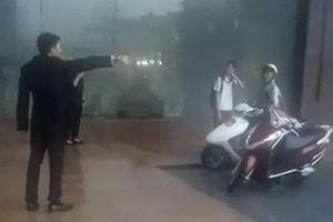 Bảo vệ khách sạn đuổi người trú mưa ở Hà Nội: 'Chỗ đó là đường của khách VIP đang đến'