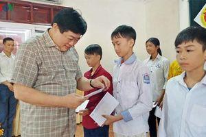 VOV trao 200 suất quà cho học sinh nghèo Nghệ An vượt khó học giỏi