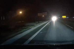 Xe máy chạy ngược chiều suýt đâm thẳng xe tải trên cao tốc
