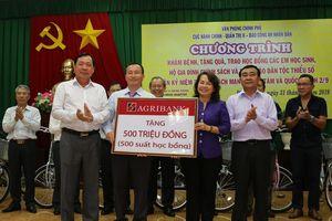 Phó Thủ tướng về nguồn và trao quà cho người nghèo và các gia đình chính sách