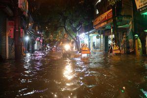 Hà Nội nhiều tuyến phố 'thành sông' trong ngày nghỉ lễ đầu tiên