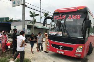 Nhận tin báo, CSGT 'bắt gọn' xe khách 46 chỗ nhồi nhét 87 người về nghỉ lễ