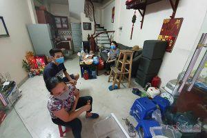 Quanh nhà máy Rạng Đông cửa đóng then cài, cháy hàng khẩu trang, nước muối